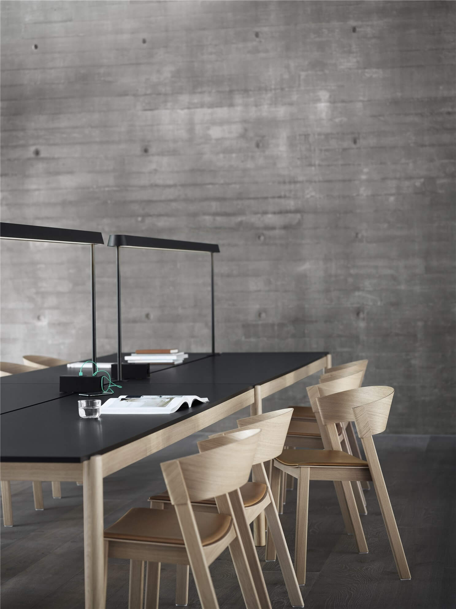 linear-system-table-config-2-black-mounted-lamps-black-power-outlet-black-cover-side-oak-cognac-leather-muuto-org